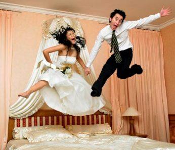 Прикольные подарки на свадьбу молодоженам: идеи и фото 10